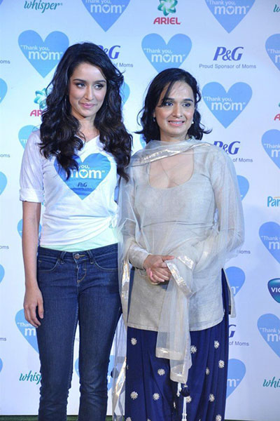 shraddha-kapoor-with-mother-shivangi-kolhapure