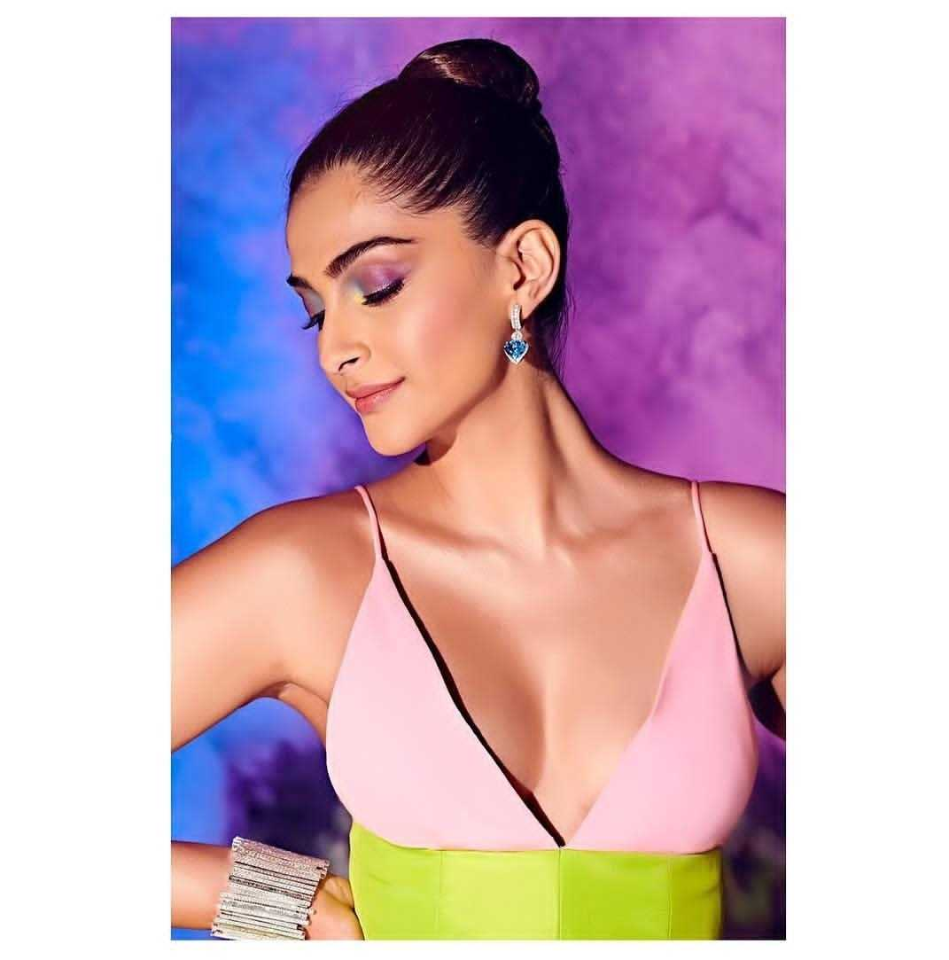 4-sonam-kapoor-unicorn-multicoloured-eye-makeup