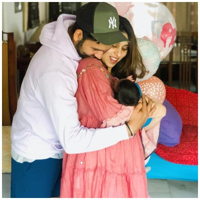 ipl-cricketer-rohit-sharma-sings-ranveer-singh-gully-boy-rap-for-daughter