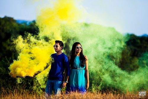 4 smoke bombs in pre wedding shoots