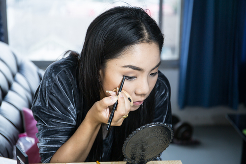 1-  eyeliner tips- girl applying eyeliner