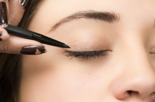 3-  eyeliner tips- girl putting eyeliner