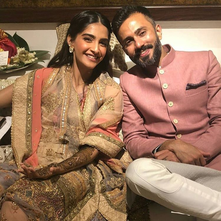 sonam kapoor and anand ahuja are all smiles at their mehendi 1