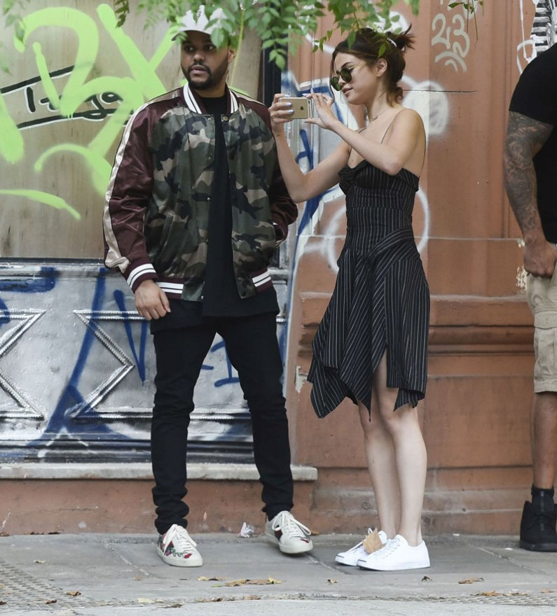 5 janhvi kapoor selena gomez - taking picture from her phone with the weeknd