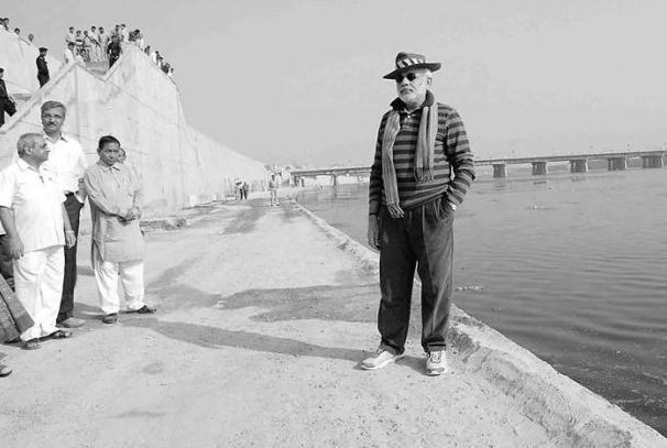 3 Narendra modi posing at the bank of the river