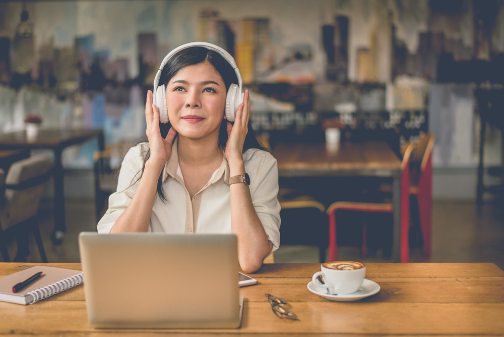 How to improve english - girl learning english by listening to the country music
