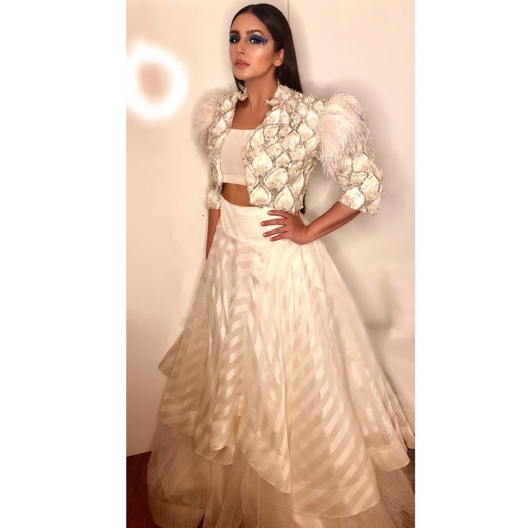 3-fashion-show-huma-qureshi-pristine-white-gown