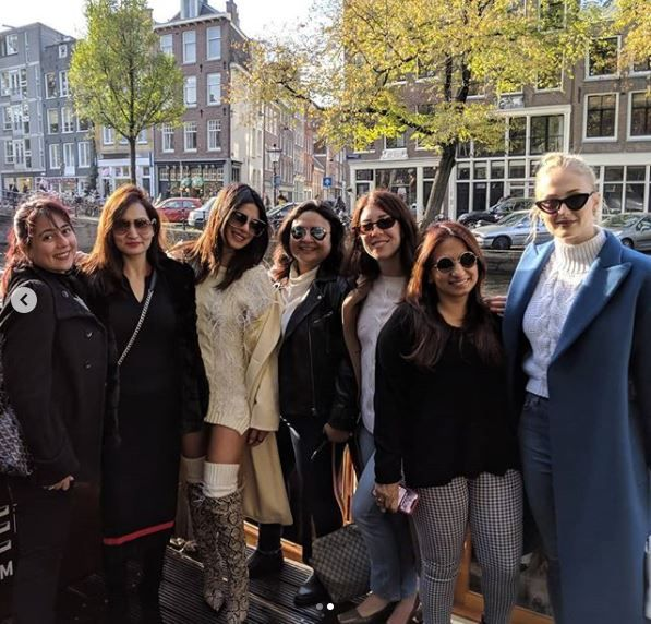 2-priyanka-chopra-with-her-girl-gang