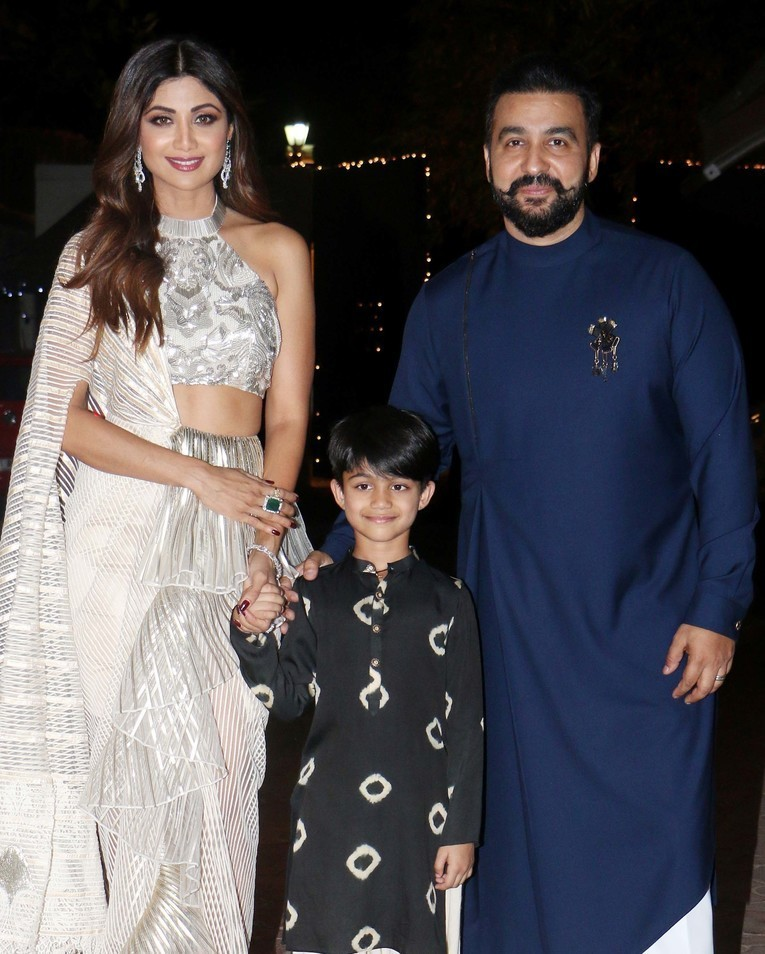 3-shilpa-shetty-family-shilpa-shetty-ruffled-mermaid-saree