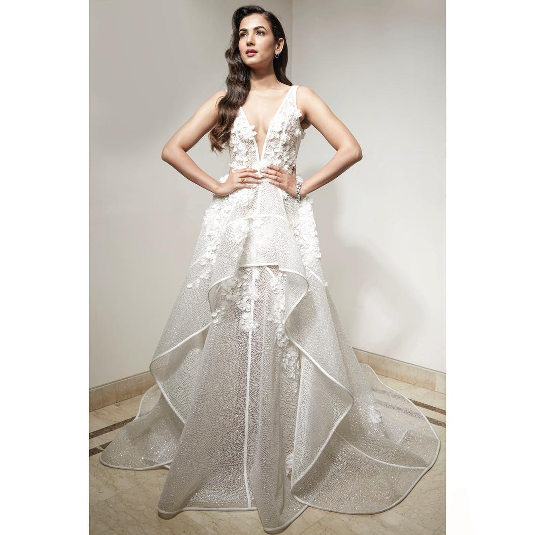 8-janhvi-kapoor-sonal-chauhan-white-dress-lux