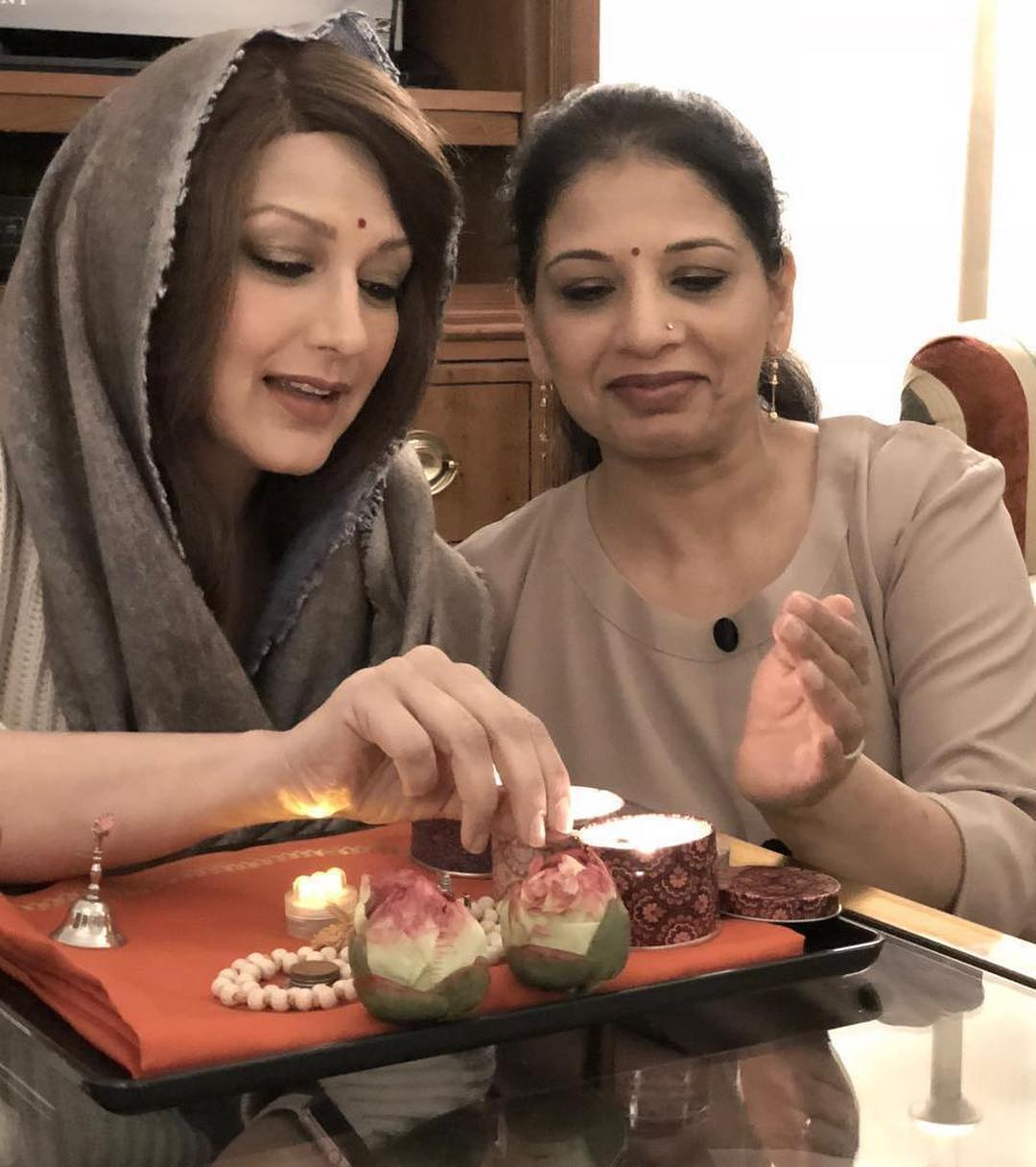 1-sonali-bendre-with-sister-on-instagram