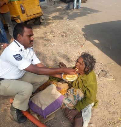 moments-of-kindness-2018-police-feeding-woman