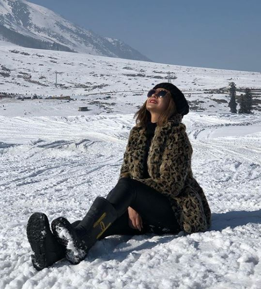 1-jennifer-winget-kashmir-holiday-sitting-in-snow