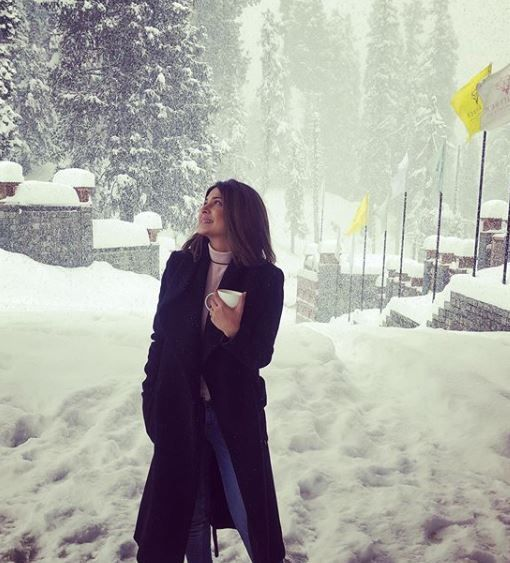 10-jennifer-winget-kashmir-holiday-outside