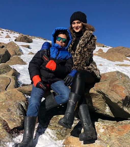 6-jennifer-winget-kashmir-holiday-posing-with-friend