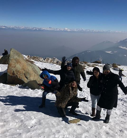 7-jennifer-winget-kashmir-holiday-posing-with-family-friends