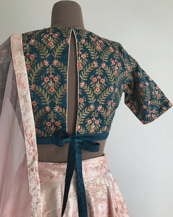 18-slit-with-bow-saree-blouse-back-design