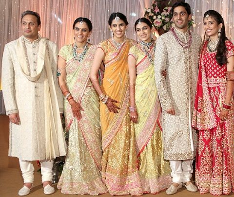 Shloka-Mehta-with-her-parents-brother-sister-and-sister-in-law