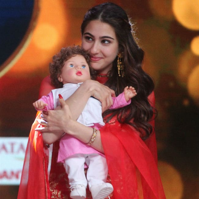 25-sara-ali-khan-with-taimur-doll