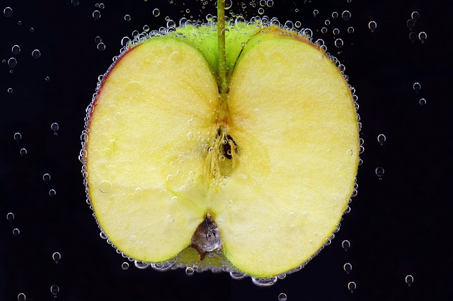 apple in cold water