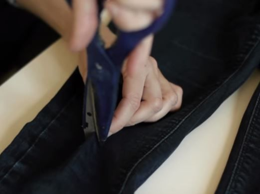 step-by-step-tutorial-diy-ripped-jeans-03