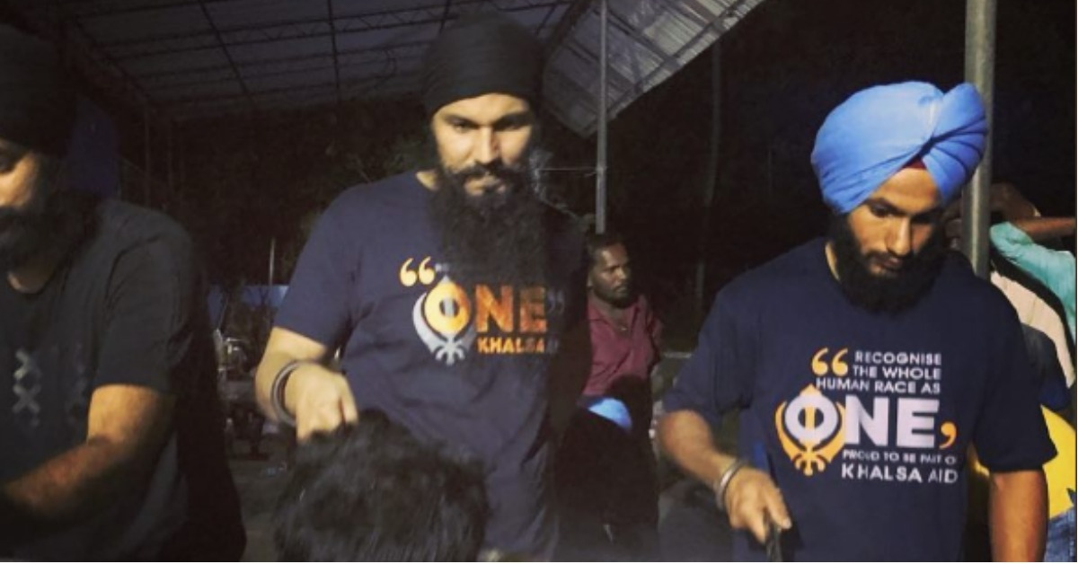 Randeep Hooda Is Serving Langar In Kerala & All Religious Barriers Are Washed Away