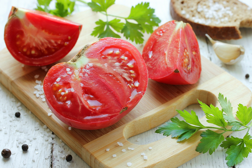 5 back acne home remedies - tomatoes