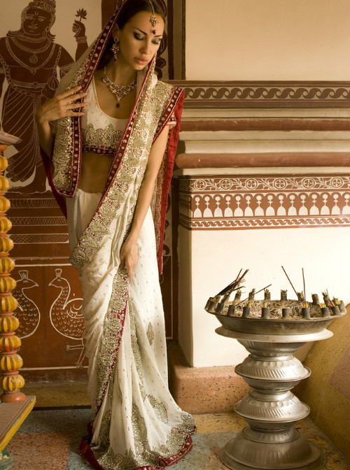 6 tips to walk in a saree