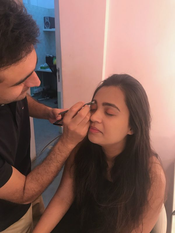 4 I let my guy friend do my makeup guy doing eyebrows