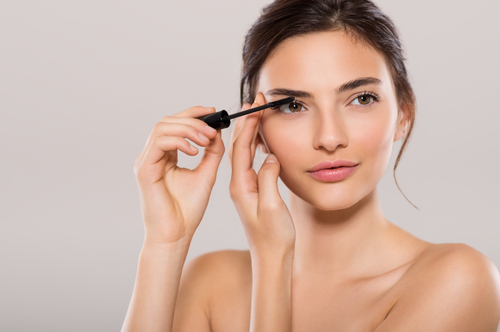 6 mascara application hacks girl applying mascara
