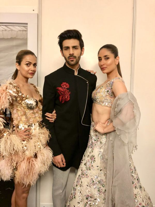 8 Manish malhotra  kareena kapoor khan  show  singapore  bollywood