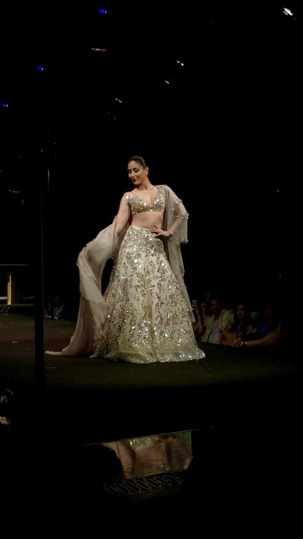 9 Manish malhotra  kareena kapoor khan  show  singapore  bollywood