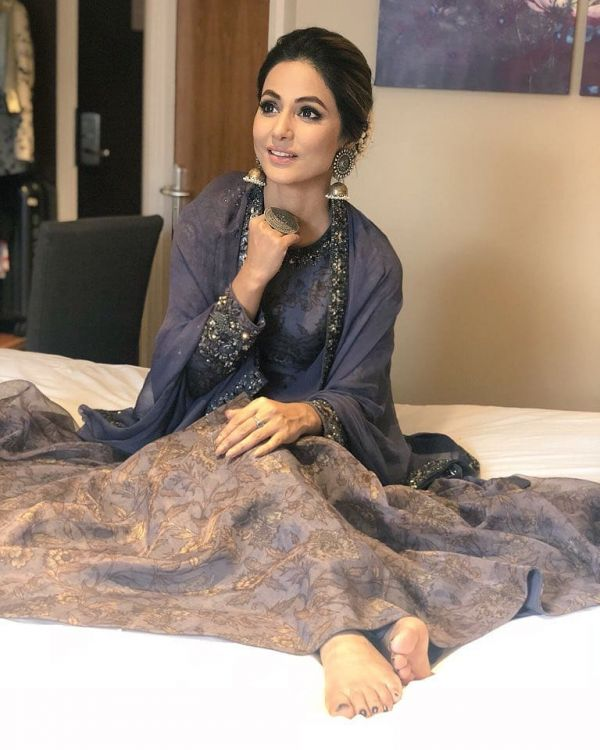 6 hina khan - sitting on bed posing
