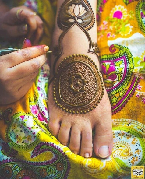 bridal-mehendi-design-circular-feet