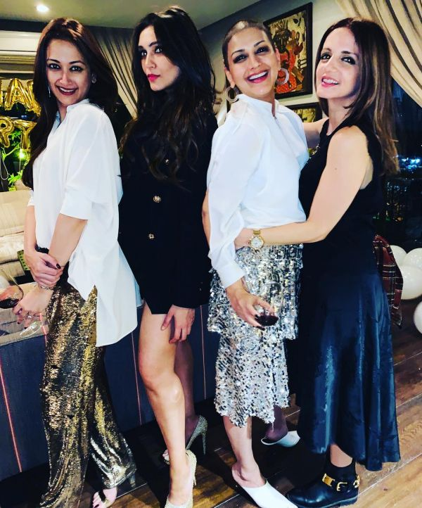 3-sonali-bendre-birthday-group-photo-with-sussanne