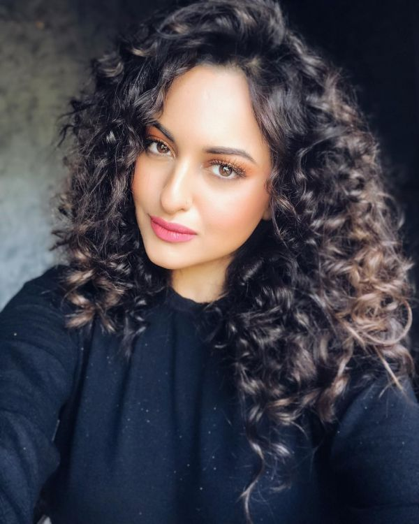 pantone-color-of-the-year-2019-best-coral-makeup-looks-bollywood-how-to-Sonakshi-Sinha