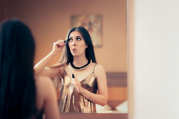 Don%E2%80%99t Read This. It Might Stress You Out  - girl applying mascara