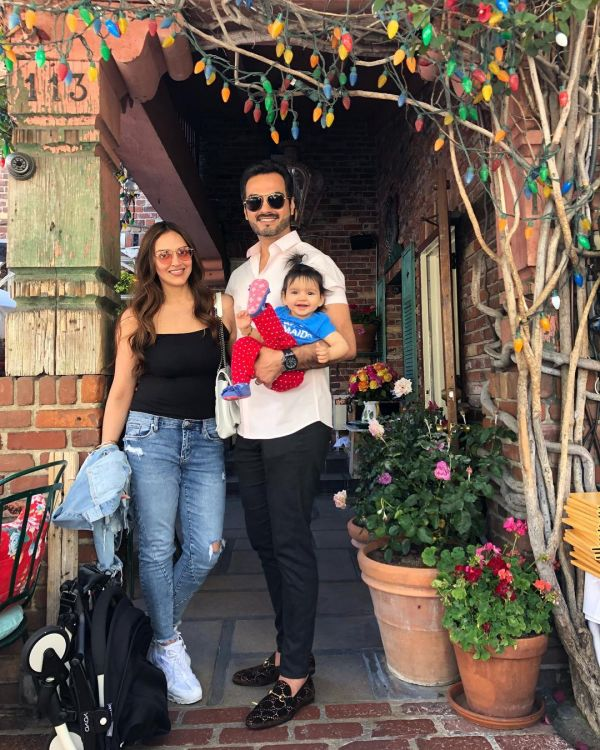 3-esha-deol-with-husband-and-daughter