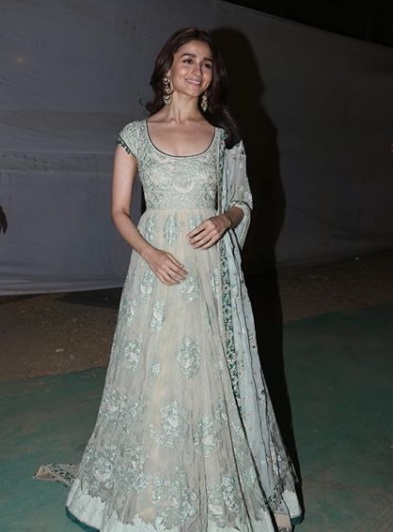 2-Alia-Bhatt- -Ranbir-Kapoors-Outfits-Arent-The-Only-Details-That-Have-Us-Glued-To-Their- Latest-Pictures