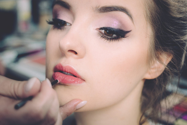 How-To-Apply-A-Lipstick-7