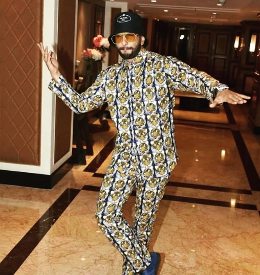 3-Is-Ranveer-Singhs-Outfit-Actually-A-Night-Suit-Or-Is-It-Not-We-Will-Let-You-Decide
