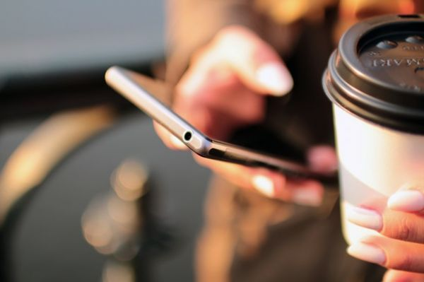 7-online-dating-etiquette-hands-coffee-smartphone-technology