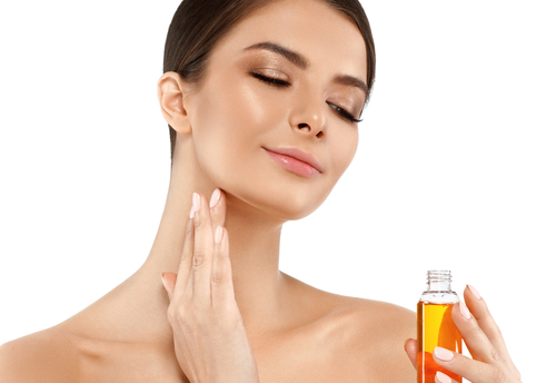 Here%E2%80%99s What Makes Argan Oil One of The BEST Kept Secret Ingredient For Gorgeous Hair - girl applying hair oil on face