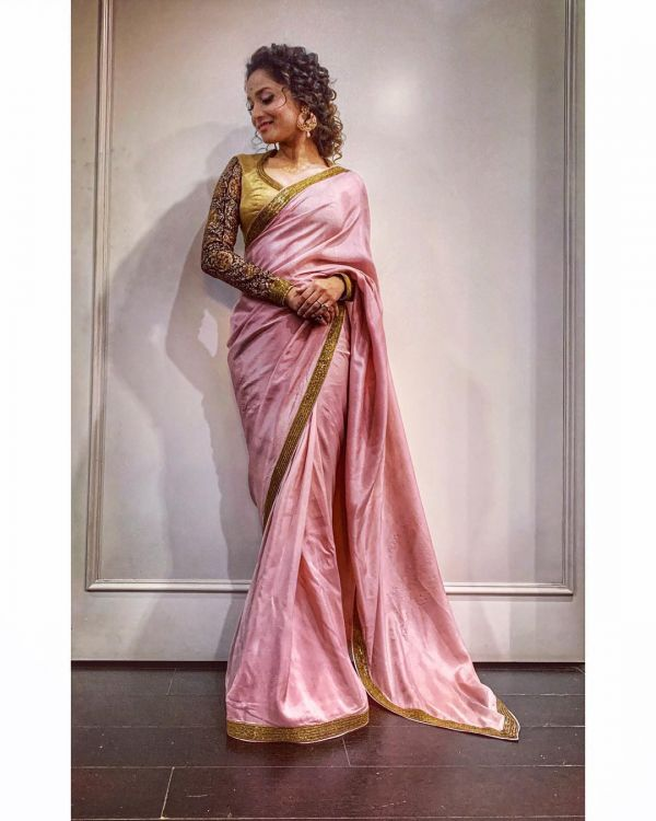 1 Ankita Lokhande Styled Her Curls Perfectly For The Most Gorgeous Sari Look