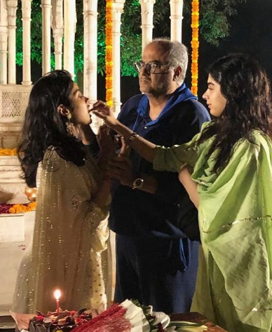 3-janhvi-kapoor-cuts-cake-with-family