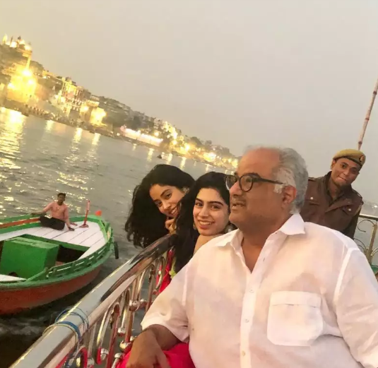 5-janhvi-kapoor-in-varanasi-with-family