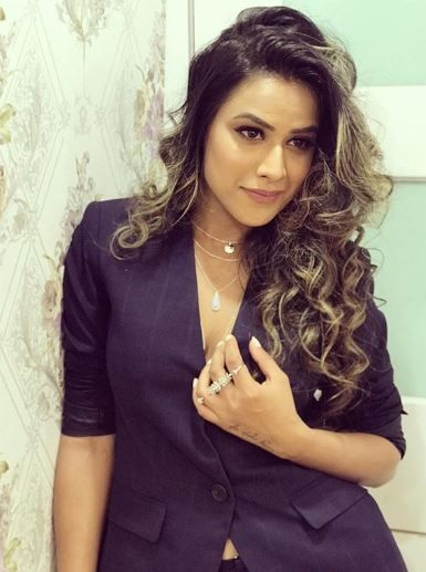 Nia Sharma curls