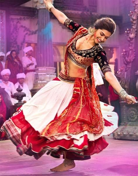 deepika-padukone-playing-holi-in-ramleela