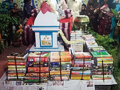 1-groom-gets-1000-books-from-bride-west-bengal