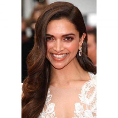 Deepika-Padukone-Hairstyle-The-Classic-Side-Swept-Waves